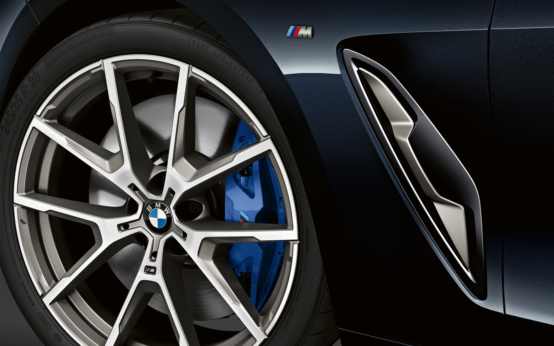 Close-up of the light-alloy wheel of the BMW 8 Series Coupé.