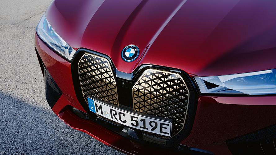 BMW iX i20 2021 electric SUV BMW iX xDrive50 Aventurin Red front view BMW kidney Shy Tech