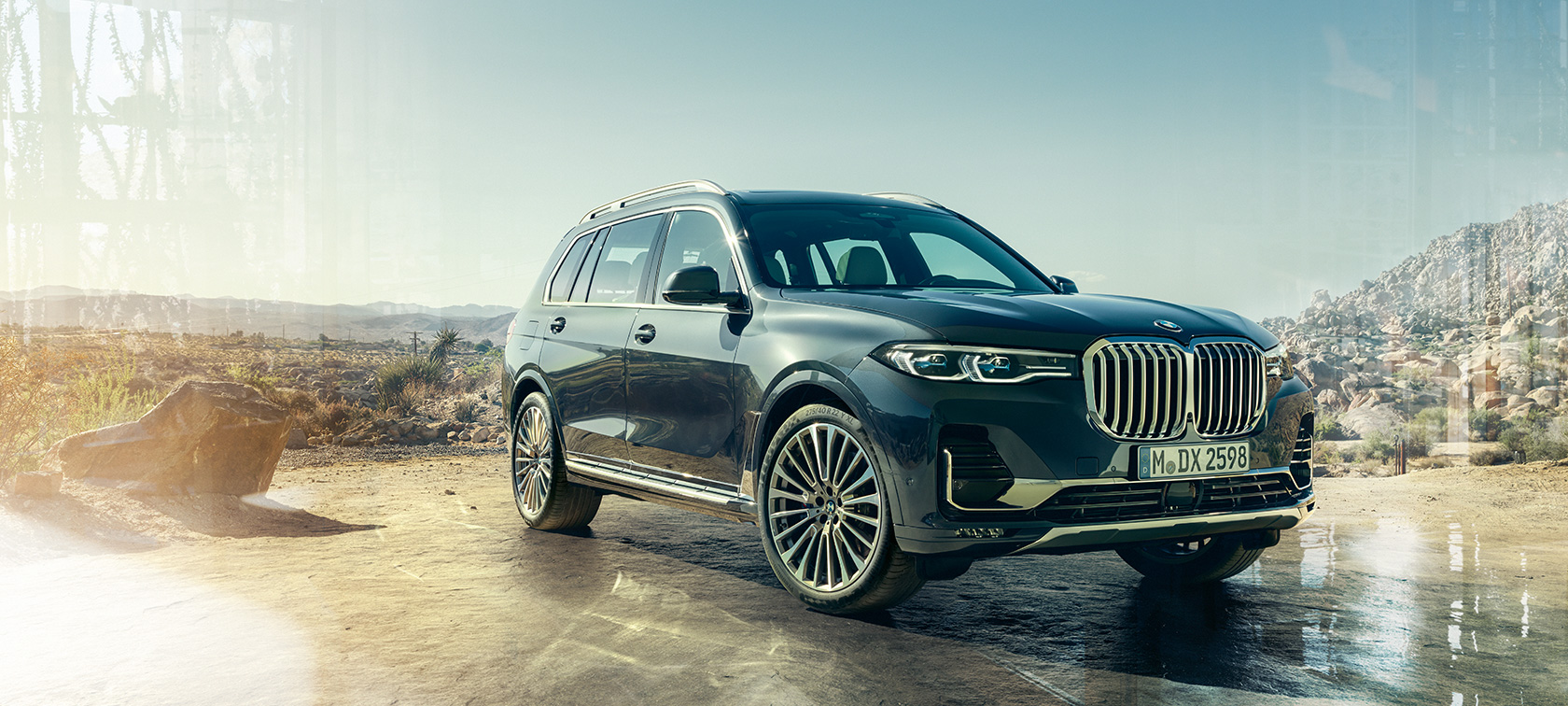BMW X7 in Arctic Grey, standing in front of desert, three-quarter front view, G07 2019