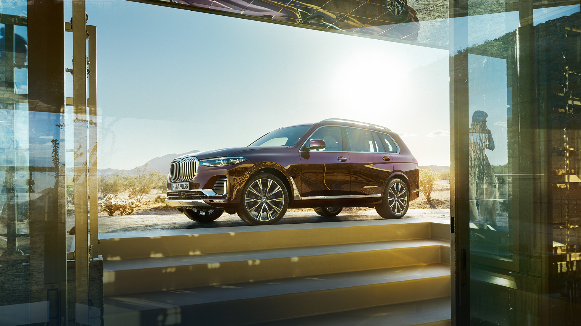 BMW X7 in Ametrin Metallic standing from the side perspective, G07 2019